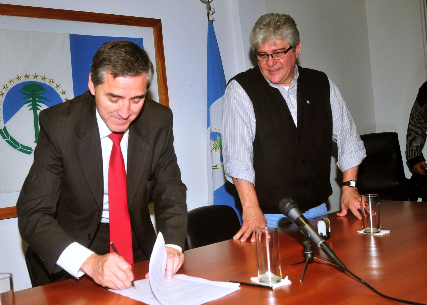 Sergio Rodríguez, Secretario General del CEC Neuquén, junto a Ernesto Seguel, Subsecretario de Trabajo de la provincia de Neuquén, durante la firma del acta acuerdo por el el día del empleado mercantil.